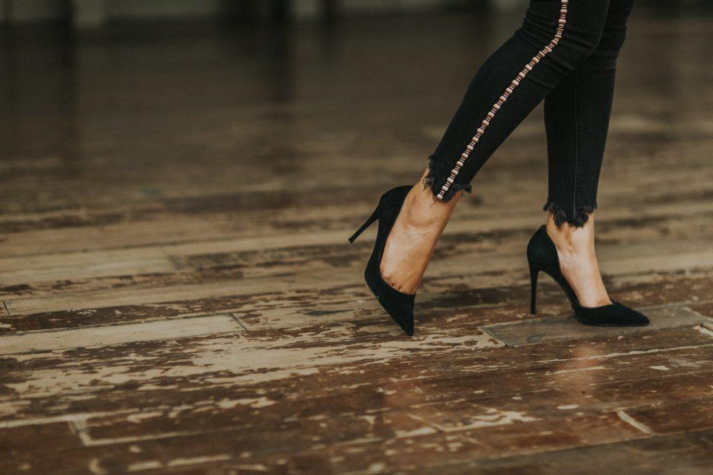BLACK HEELS LEGS
