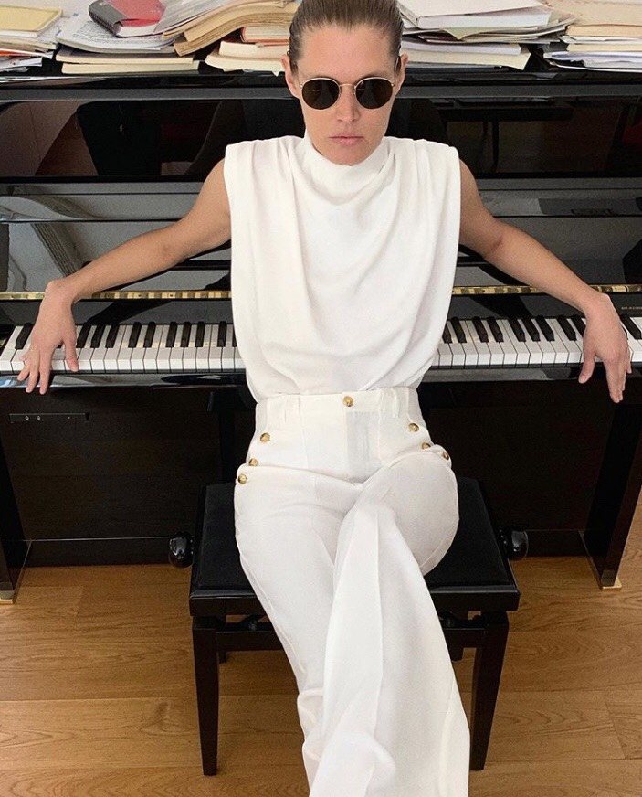 GIRL WHITE CLOTHES