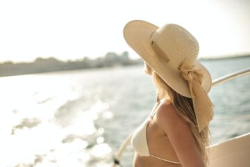 WOMAN HAT SEA