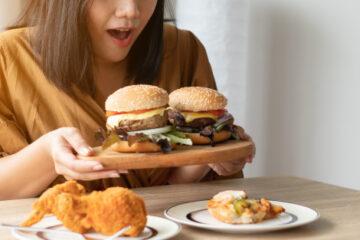 WOMAN EAT BURGERS
