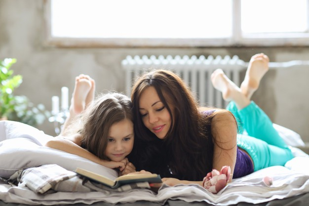 MOM AND DAGHTER READING